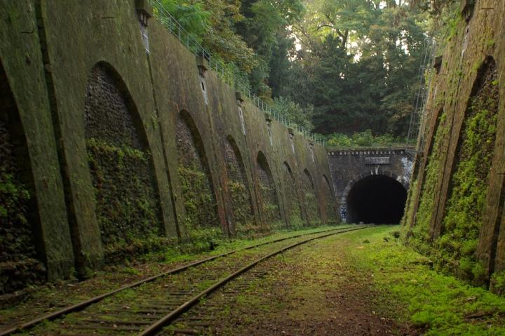 abandoned-railway-in-paris